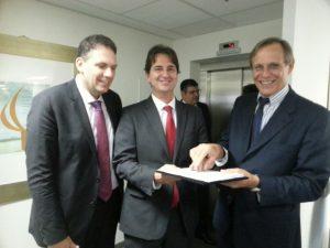 Como testemunhas Eduardo Araujo (centro), idealizador e fundador do OSB e o Gerente de Políticas Públicas do Sebrae, Bruno Quick (direita), parceiro na elaboraçao da metodoligia